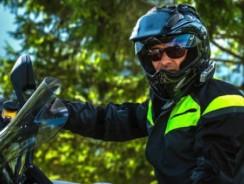 Quel casque de moto choisir quand on porte des lunettes ?
